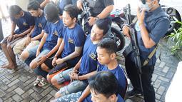 Tersangka kasus peredaran narkoba dihadirkan oleh BNNP Jawa Tengah di halaman Kantor BNNP Jawa Tengah, Semarang, Rabu (20/3). Petugas menyita 5 Kg ganja yang dikendalikan napi Lapas Kedungpane dan 1,5 Kg oleh napi Lapas Ambarawa. (Liputan6.com/Gholib)