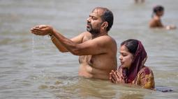 Umat Hindu berdoa di Sungai Gangga, selama festival Ganga Dussehra, di Prayagraj, India (1/6/2020). Ratusan umat Hindu melakukan pencucian suci meskipun jemaat di tempat-tempat keagamaan terus dilarang selama penguncian coronavirus nasional. (AP Photo/Rajesh Kumar Singh)