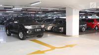 Mobil mencari tempat parkir di pusat perbelanjaan Jakarta, Jumat (11/8). Untuk mengerem pemakaian kendaraan pribadi, Pemprov DKI berencana menaikkan tarif parkir mobil hingga Rp50 ribu untuk sekali parkir pada tahun ini. (Liputan6.com/Immanuel Antonius)