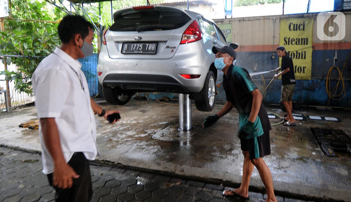 Karyawan penyandang tunarungu berkomunikasi menggunakan bahasa isyarat dengan pelanggannya di Deaf Cafe and Car Wash di kawasan Cinere, Depok, Jawa Barat, Senin (27/9/2021). Seluruh karyawan di tempat cuci mobil-motor dan kafe ini merupakan penyandang tunarungu. (merdeka.com/Arie Basuki)