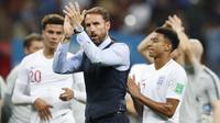 Pelatih Inggris, Gareth Southgate, menyapa suporter usai dikalahkan Kroasia pada laga semifinal Piala Dunia di Stadion Luzhniki, Moskow, Rabu (11/7/2018). Inggris kalah 1-2 dari Kroasia. (AP/Rebecca Blackwell)