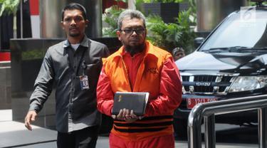 Mantan Anggota DPRD Sumut, Ferry Suando Tanuray Kaban (kanan) tiba di Gedung KPK, Jakarta, Senin (4/3). Ferry diperiksa sebagai tersangka dugaan suap LPJ APBD 2012 dan pengesahan perubahan APBD 2013, 2014 dan 2015. (Merdeka.com/Dwi Narwoko)