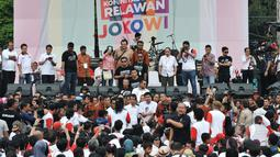 Presiden Jokowi (tengah) berbincang dengan sejumlah relawan saat menghadiri Jambore Komunitas Juang Relawan Jokowi di Jakarta, Sabtu (16/5). Acara tersebut bertujuan untuk memberikan masukan kepada pemerintahan Jokowi-JK.(Liputan6.com/Johan Tallo)