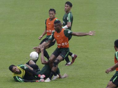 Pemain Timnas Indonesia U-22, Marinus Wanewar, berusaha membobol gawang Satria Tama saat internal games di Stadion Madya, Jakarta, Sabtu (19/1). Latihan ini merupakan persiapan jelang Piala AFF U-22. (Bola.com/Yoppy Renato)