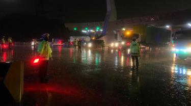 Korlantas Polri Dan Polda Metro Jaya Putar Balikkan Ratusan Kendaraan Di GT CIkupa, Tangerang, Banten. (Kamis, 06/05/2021). (Dokumentasi Korlantas Polri).