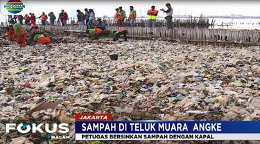 Sampah diangkut dengan empat kapal fiber menuju ke pinggir Dermaga Kali Adem dan kemudian di bawa ke Bantar Gebang dengan truk.