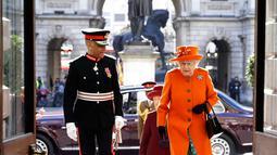 Ratu Inggris Elizabeth II tiba untuk berkunjung ke Royal Academy of Arts di London (20/3). Sebelumnya Royal Academy of Arts direnovasi menyambut ulang tahun ke 250 tahun akademi tersebut. (AP Photo / Alastair Grant, Pool)