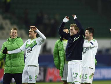 Para pemain Vfl Wolfsburg merayakan kemenangan usai mengalahkan KAA Gent pada leg kedua babak 16 besar  Liga Champion di di Volkswagen Arena, Wolfsburg, Rabu (9/3/2016) dini hari WIB.  (AFP/Odd Andersen)