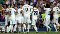 Bek Real Madrid, Daniel Carvajal berselebrasi dengan rekannya setelah mencetak gol ke gawang Getafe pada lanjutan La Liga Spanyol di stadion Santiago Bernabeu, Madrid, (19/8). Madrid menang 2-0 atas Getafe. (AP Photo/Andrea Comas)