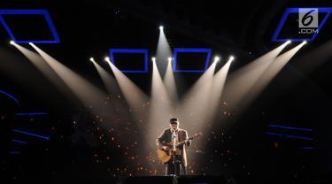 Musisi dan penyanyi, Iwan Fals saat tampil membawakan lagu pada Konser Raya 23 Tahun Indosiar di JCC, Jakarta, Kamis (11/1). Total empat lagu dibawakan untuk memeriahkan HUT ke-23 Indosiar. (Liputan6.com/Helmi Fithriansyah)