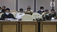 Menteri BUMN Erick Thohir (kiri) saat rapat bersama DPR di Ruang Pansus B Gedung Nusantara II, Kompleks Parlemen, Senayan, Jakarta, Rabu (13/5/2020). Rapat tertutup tersebut membahas antisipasi skema penyelamatan perbankan akibat COVID-19. (Liputan6.com/Johan Tallo)