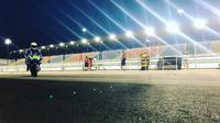 Pembalap Suzuki Ecstar, Andrea Iannone saat beraksi pada tes pramusim MotoGP 2018 di Sirkuit Losail, Qatar. (Twitter/Suzuki)
