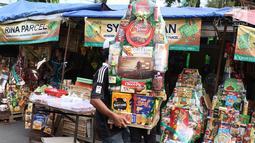 Pedagang membawa parsel yang dujual di kawasan Cikini, Jakarta, Rabu (6/6). Menjelang Hari Raya Idul Fitri, penjualan parsel para pedagang dadakan tersebut meningkat hingga 50 persen. (Liputan6.com/Immanuel Antonius)