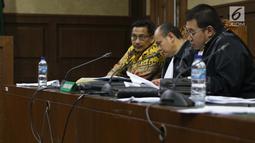 Terdakwa dugaan gratifikasi terkait kerja sama jasa pelayaran Bowo Sidik Pangarso (kiri) menyimak keterangan saksi saat sidang lanjutan di Pengadilan Tipikor, Jakarta, Rabu (25/9/2019). Sidang mendengar keterangan saksi, salah satunya mantan Dirut PLN, Sofyan Basir . (Liputan6.com/Helmi Fithriansyah