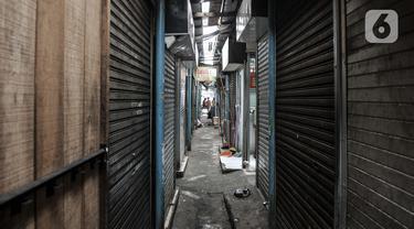 Sejumlah kios yang tutup di Pasar Sumur Batu, Kemayoran, Jakarta, Rabu (8/7/2020). Para pedagang di Pasar Sumur Batu memilih menutup kiosnya lantaran untuk menghindari tes usap atau Swab Test Covid-19 yang dilakukan secara mendadak oleh Puskemas Kecamatan Kemayoran. (merdeka.com/Iqbal S. Nugroho)