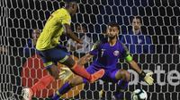Duvan Zapata mencetak gol untuk Kolombia ke gawang Qatar pada laga Copa America 2019. (AFP/Nelson Almeida)