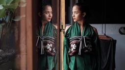 Tak hanya cantik dengan outift hits, istri Chicco Jerikho ini juga tampil anggun dan menawan saat pakai kain etnik khas Nusantara. (Liputan6.com/IG/@putrimarino)