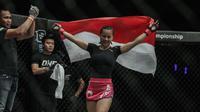 Petarung putri Indonesia Priscilla Hertati Lumban Gaol merayakan kemenangannya atas  petarung putri Malaysia  Audreylaura Boniface dalam laga One Championship di Jakarta, Sabtu (20/1). (Liputan6.com / Faizal Fanani)