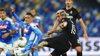 Pemain AC Milan, Theo Hernandez, mencetak gol ke gawang Napoli pada laga Serie A di Stadion San Paolo, Minggu, (12/7/2020). Kedua tim bermain imbang 2-2. (Spada/LaPresse via AP)