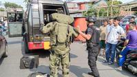 Tim penjinak bom dikerahkan untuk mengevakuasi benda mencurigakan di tepi Jalan Otista III, Cipinang Cempedak, Jatinegara, Jakarta Timur. (Liputan6.com/Nafiysul Qodar)