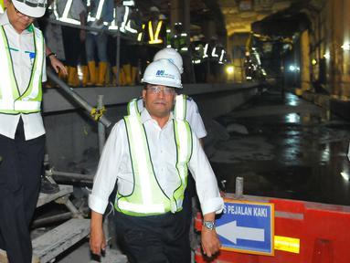 Menteri Perhubungan Budi Karya Sumadi saat meninjau proyek MRT di Bundaran HI, Jakarta, Rabu (14/12). Menhub menyebutkan pengerjaan proyek tersebut sudah 70 persen untuk kontruksi dan 50 persen untuk kumulatifnya. (Liputan6.com/Angga Yuniar)