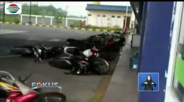 Angin puting beliung rusak SBPU di Probolinggo, Jawa Timur, hingga motor yang terparkir terjatuh.