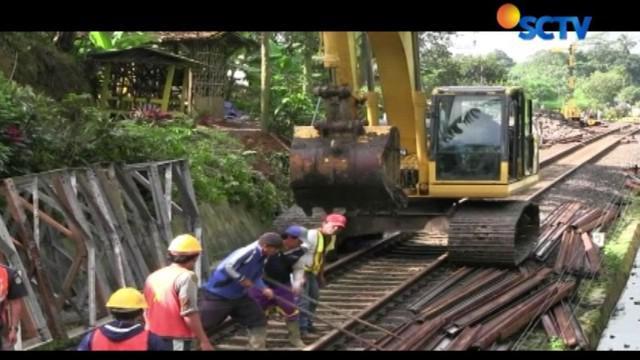 Dalam tahap awal perbaikan, para pekerja segera melakukan pemadatan tanah disekitar lokasi longsor.