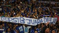 Bobotoh Persib merayakan kemenangan Persib atas Sriwijaya FC 2-0 dalam Final Piala Presiden 2015 di Stadion Utama Gelora Bung Karno, Jakarta, Minggu (18/10/2015). (Bola.com/Nicklas Hanoatubun)
