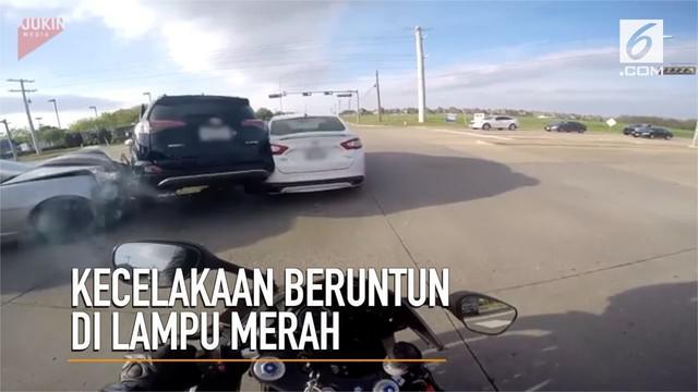 Detik-detik kecelakaan beruntun di lampu merah terekam action cam pengendara motor.