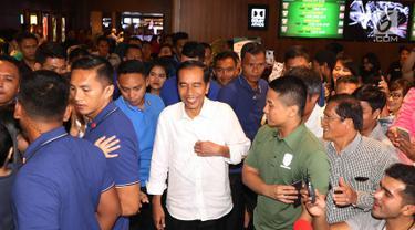 Presiden Joko Widodo usai menonton film Dilan 1990 di Senayan City, Jakarta, Minggu, (25/2). Usai menonton Dilan, Jokowi menyapa warga yang tengah berkunjung di mal tersebut. (Liputan6.com/Angga Yuniar)