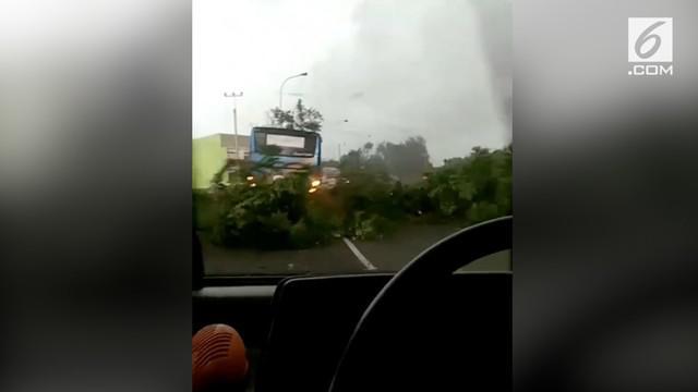 Warga merekam detik-detik angin puting beliung melanda kawasan Cianjur.