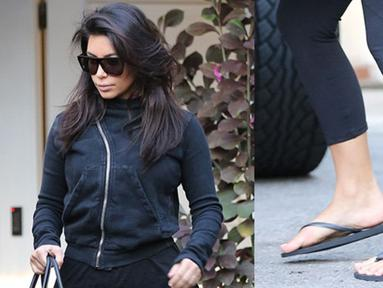 Selebriti Hollywood bisa dibilang kaya raya. Kendati demikian, mereka masih juga menggunakan sandal jepit loh! Kim Kardashian, contohnya! (REX/Shutterstock/HollywoodLife)