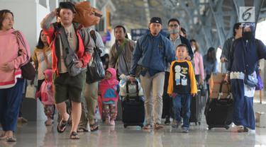 Sejumlah pemudik membawa barang bawaan mereka setibanya di Stasiun Pasar Senen, Jakarta, Sabtu (8/6/2019). Volume penumpang arus balik melalui moda transportasi kereta api  di stasiun Stasiun Senen mengalami lonjakan pada H+3 Lebaran. (merdeka.com/Imam Buhori)
