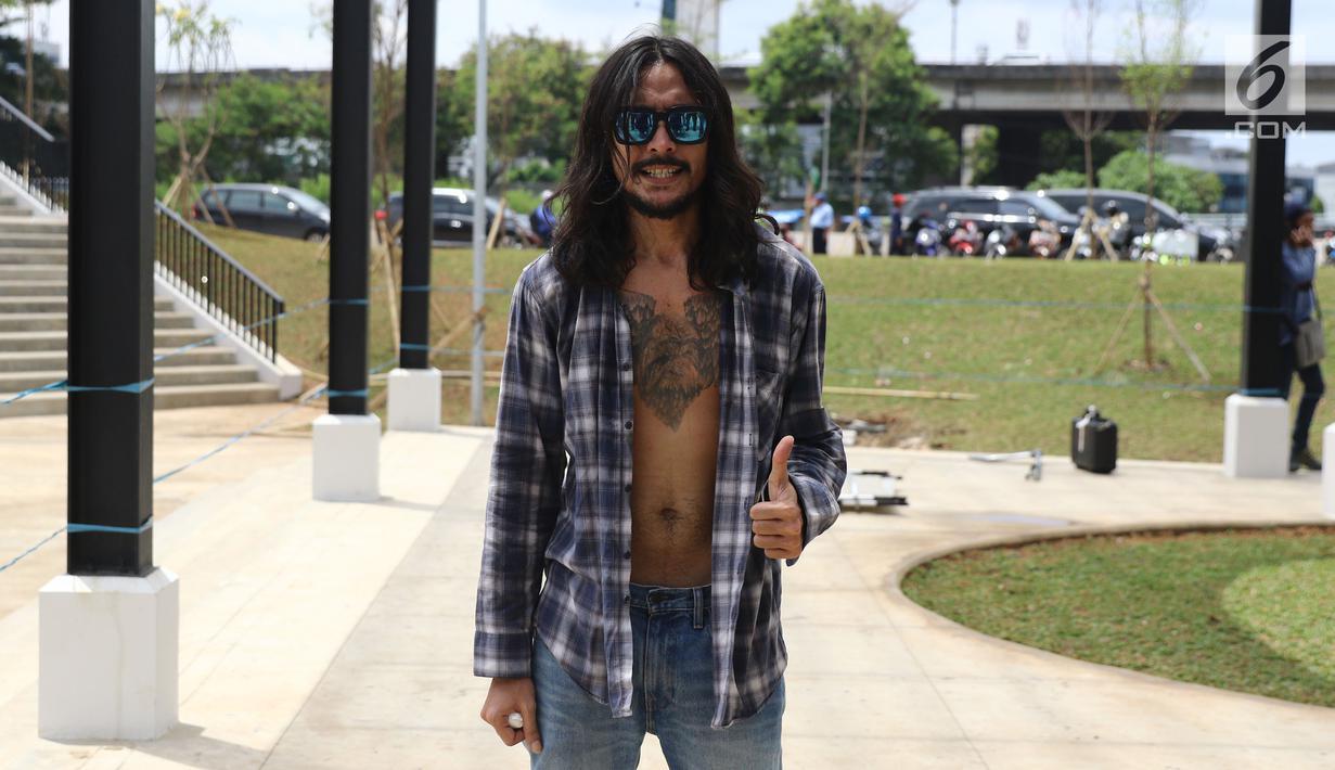 Marcello Tahitoe alias Ello berpose saat syuting video klip di RPTRA Kalijodo, Jakarta, Kamis (5/1). Penyanyi 34 tahun ini merupakan putra dari musikus Minggoes Tahitoe dan almarhum Diana Nasution. (Liputan6.com/Herman Zakharia)