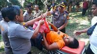 Polisi mengevakuasi tunawisma yang melahirkan bayi di gubuk taman hutan kota Pekanbaru. (Liputan6.com/M Syukur)