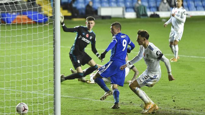 Pemain Leicester City Jamie Vardy mencetak gol ke gawang Leeds United pada pertandingan Liga Premier Inggris di Elland Road, Leeds, Inggris, Senin (2/11/2020). Leicester City membantai Leeds United dengan skor 4-1. (Peter Powell/Pool via AP)