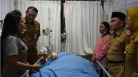 Tak disangka bakti Herlina (16)  anak semata wayang Titi Wati (37) penderita obesitas yang mempunyai berat 3,5 ton berbuah manis. (Liputan6.com/Rajana K)
