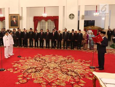 Presiden Joko Widodo atau Jokowi melantik Gubernur Kalimantan Timur Isran Noor dan wakilnya Hadi Mulyadi serta Gubernur Sumatera Selatan Herman Deru dan wakilnya Mawardi Yahya di Istana Negara, Jakarta, Senin (1/10). (Liputan6.com/Angga Yuniar)