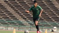 Pemain Timnas Indonesia U-22, Hanif Sjahbandi, mengontrol bola saat latihan di Stadion National Olympic, Phnom Penh, Sabtu (23/2). Latihan ini persiapan jelang laga semifinal Piala AFF U-22 melawan Vietnam. (Bola.com/Zulfirdaus Harahap)