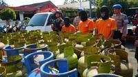 Polisi bongkar praktik penyuntikan gas melon di Bogor. (Liputan6.com/Achmad Sudarno)