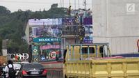 Suasana proyek jalan tol Cimaci di Jalan Alternatif Cibubur, Bekasi (23/11). Jalan tol ini terdiri dua seksi pekerjaan,yaitu seksi 1 dengan ruas Cimanggis-Transyogi sepanjang 3,5 km dan Transyogi-Cibitung sepanjang 22,8 km. (Merdeka.com/Imam Buhori)