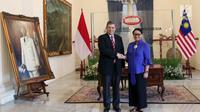 Menteri Luar Negeri RI Retno Marsudi (kanan) saat menerima kunjungan Menteri Luar Negeri Malaysia, Dato' Saifuddin Abdullah di Gedung Pancasila, Jakarta, Senin (23/7). Pertemuan berlangsung tertutup. (Liputan6.com/Helmi Fithriansyah)