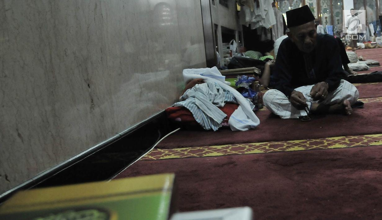Seorang umat Islam berdzikir di Masjid Pondok Pesantren At-Taqwa, Bekasi, Selasa (28/5/2019). Pelaksanaan Iktikaf di masjid ini diikuti lebih dari 800 jemaah dari berbagai kalangan, mulai dari orang tua, mahasiswa, pelajar umum, hingga santri pondok pesantren tersebut. (Merdeka.com/Iqbal S Nugroho)