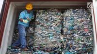 Tenaga kerja bongkar muat (TKBM) menunjukkan kontainer berisi sampah plastik di Tanjung Priok, Jakarta, Rabu (18/9/2019). Bea Cukai bekerja sama dengan KLHK dan kepolisian memulangkan 9 kontainer berisi 135 ton sampah plastik impor bercampur limbah B3 asal Australia. (Liputan6.com/Angga Yuniar)