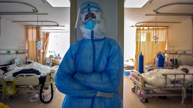 Kerja Keras Pekerja Medis Rawat Pasien Virus Corona