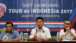 Ketua Umum PB ISSI, Raja Sapta Oktohari memberi keterangan saat soft launching Tour de Indonesia 2017 di Jakarta, Selasa (8/11). Rencananya, PB ISSI akan menjadikan Juli 2017 sebagai bulan bersepeda. (Liputan6.com/Helmi Fithriansyah)