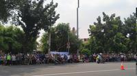 Jelang kedatangan jenazah Ani Yudhoyono, warga terlihat sudah berjejer di sepanjang jalan TMP Kalibata. (Merdeka.com)
