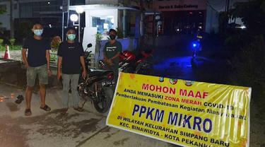 Penyekatan jalan di sejumlah kelurahan oleh warga Pekanbaru dan polisi karena zona merah Covid-19