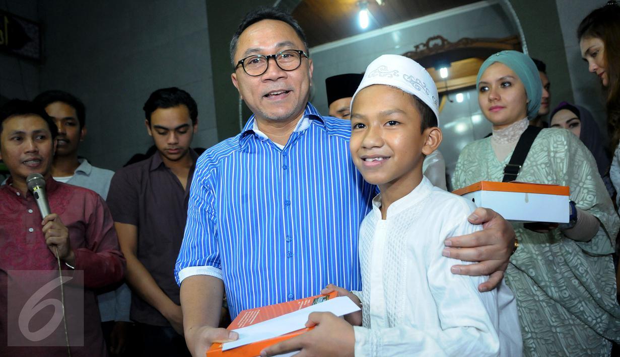 Ketua MPR Zulkifli Hasan meramaikan acara sahur on the road sekaligus mengunjungi korban kebakaran di daerah Kampung Jawa, Kota, Jakarta, Selasa (14/7/2015) dini hari. (Liputan6.com/Faisal R Syam)