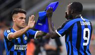Striker Inter Milan, Lautaro Martinez, masuk menggantikan Romelu Lukaku saat melawan Udinese pada laga Serie A 2019/20 di Stadion San Siro, Milan, Sabtu (14/9). Inter menang 1-0 atas Udinese. (AFP/Miguel Medina)